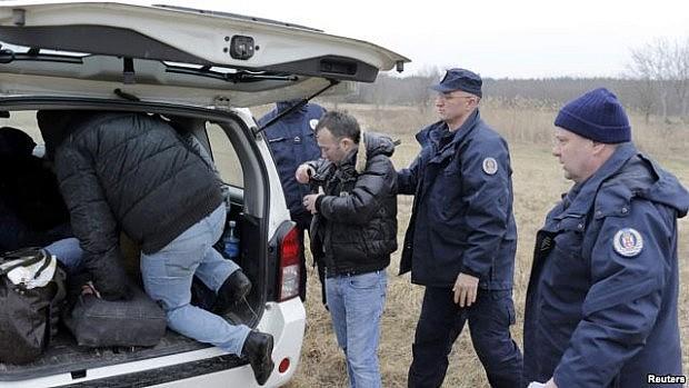 Qytetarë nga Kosova të ndalur nga policia kufitare serbe në një fushë afër Suboticës, në përpjekje për të depërtuar në Hungari, 6 shkurt 2015 [Reuters]