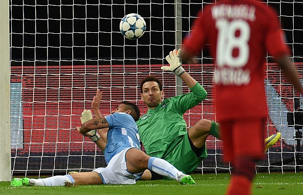 Lazio's goalkeeper from Albania Etrit Berisha (C,R) vies for the ball during the UEFA Champions League playoff football match between Bayer Leverkusen and SS Lazio, in Leverkusen, western Germany, on August 26, 2015.  AFP PHOTO / PATRIK STOLLARZ